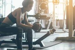 Η υγιείς ασιατικές χαλάρωση και η άσκηση γυναικών με ακούνε μουσική afte Στοκ φωτογραφίες με δικαίωμα ελεύθερης χρήσης