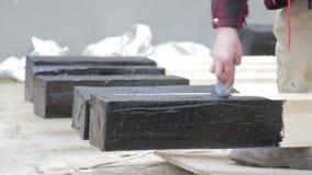 Η υγρή πίσσα εφαρμόζεται στην ξύλινη ακτίνα απόθεμα βίντεο