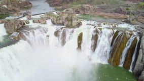 Η υδρονέφωση νερού διαμορφώνει ένα ουράνιο τόξο κάτω από τις πτώσεις Shoshone στον ποταμό φιδιών φιλμ μικρού μήκους