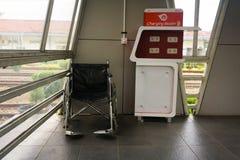 Η δυνατότητα θέσεων χρέωσης και η καρέκλα FO ροδών dissable άνθρωποι πρόβλεψαν την ελεύθερη φωτογραφία επιβατών γραμμών κατόχων δ Στοκ φωτογραφία με δικαίωμα ελεύθερης χρήσης