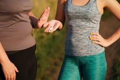 Η υπέρβαρη γυναίκα αρνείται να πάρει τα χάπια αδυνατίσματος στοκ εικόνες