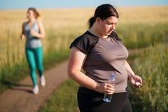 Η υπέρβαρη γυναίκα παίρνει τα χάπια αντί της κατάρτισης στοκ φωτογραφία με δικαίωμα ελεύθερης χρήσης
