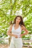 Η υπέρβαρη γυναίκα σφίγγει τους ρόλους της κοιλιάς Στοκ φωτογραφία με δικαίωμα ελεύθερης χρήσης