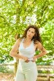 Η υπέρβαρη γυναίκα σφίγγει τους ρόλους της κοιλιάς Στοκ εικόνες με δικαίωμα ελεύθερης χρήσης