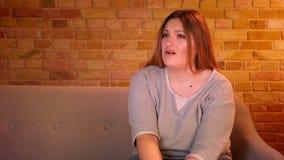 Η υπέρβαρη ταινία τρόμου προσοχής γυναικών σπουδαστών στη TV παίρνει συγκλονισμένη και γρατσουνίζει το κεφάλι της στην άνετη εγχώ απόθεμα βίντεο
