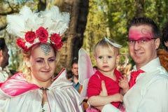 Η υπέροχα ντυμένη με κοστούμι οικογένεια θέτει στο πάρκο κατά τη διάρκεια του ανεμιστήρα νεραιδών Στοκ Εικόνα