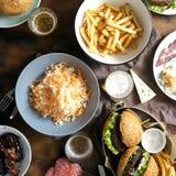 Η υπαίθρια επιτραπέζιο burger σαλάτα τηγανιτών πατατών τσιμπά το foo μπύρας υπαίθρια Στοκ Εικόνα