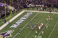 Η υπεράσπιση του κορακιού NFL σκάβει μέσα στοκ φωτογραφία