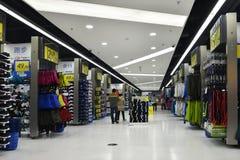 Η υπεραγορά αθλητικών αγαθών, αθλητικά αγαθά αποθηκεύει, αθλητική λεωφόρος, αθλητισμός που ντύνει το κατάστημα Στοκ Εικόνες