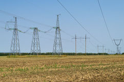 Η υποστήριξη γραμμών μετάδοσης δύναμης είναι στον τομέα Στοκ εικόνα με δικαίωμα ελεύθερης χρήσης