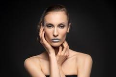 Η υψηλή μόδα κοιτάζει, πορτρέτο ομορφιάς κινηματογραφήσεων σε πρώτο πλάνο με τα ζωηρόχρωμα μπλε χείλια Στοκ Εικόνες