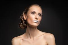 Η υψηλή μόδα κοιτάζει, πορτρέτο ομορφιάς κινηματογραφήσεων σε πρώτο πλάνο με τα ζωηρόχρωμα μπλε χείλια Στοκ Φωτογραφία