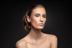 Η υψηλή μόδα κοιτάζει, πορτρέτο ομορφιάς κινηματογραφήσεων σε πρώτο πλάνο με τα ζωηρόχρωμα μπλε χείλια Στοκ Εικόνα