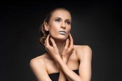 Η υψηλή μόδα κοιτάζει, πορτρέτο ομορφιάς κινηματογραφήσεων σε πρώτο πλάνο με τα ζωηρόχρωμα μπλε χείλια Στοκ εικόνες με δικαίωμα ελεύθερης χρήσης