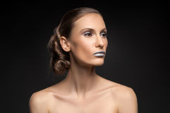 Η υψηλή μόδα κοιτάζει, πορτρέτο ομορφιάς κινηματογραφήσεων σε πρώτο πλάνο με τα ζωηρόχρωμα μπλε χείλια Στοκ εικόνα με δικαίωμα ελεύθερης χρήσης