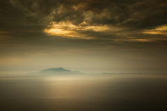 Η υδρονέφωση περιβάλλει τα ιταλικά νησιά του d'Ischia και Procida Isola Στοκ Εικόνες