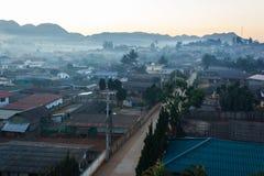 Η υδρονέφωση πρωινού στο χωριό α-Runothai. Στοκ εικόνες με δικαίωμα ελεύθερης χρήσης