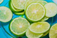 Η φέτα λεμονιών τεμαχίζεται σε ένα πιάτο γυαλιού Στοκ Φωτογραφία