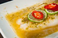 Η φέτα μετακινείται τα ψάρια με την πικάντικη σάλτσα Στοκ εικόνες με δικαίωμα ελεύθερης χρήσης
