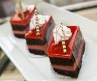 Η φέτα του ζωηρόχρωμου βαλμένου σε στρώσεις κέικ γενεθλίων που διακοσμείται με ψεκάζει Στοκ φωτογραφία με δικαίωμα ελεύθερης χρήσης