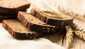 Η φέτα ψωμιού Borodinsky είναι ένα παραδοσιακό ρωσικό ψωμί σίκαλη-σίτου με maltose τη βύνη και το κορίανδρο σιροπιού Στοκ φωτογραφία με δικαίωμα ελεύθερης χρήσης