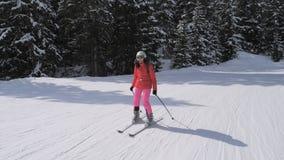 Η φίλαθλη νέα γυναίκα κάνει σκι κάτω από την κλίση στα βουνά των Άλπεων στοκ φωτογραφία με δικαίωμα ελεύθερης χρήσης