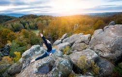 Η φίλαθλη κατάλληλη γυναίκα ασκεί τη γιόγκα στην κορυφή του βουνού Στοκ εικόνα με δικαίωμα ελεύθερης χρήσης