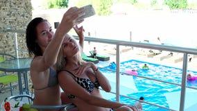 Η φίλη κάνει selfie τη φωτογραφία το κινητό τηλέφωνο απόθεμα βίντεο