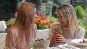 Η φίλη πίνει τα κοκτέιλ και το κουτσομπολιό απόθεμα βίντεο