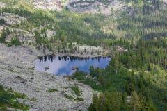 Η φανταστική ηλιόλουστη ημέρα είναι στη λίμνη βουνών Δημιουργικό κολάζ Κόσμος ομορφιάς στο εθνικό πάρκο Ergaki, Ρωσία στοκ εικόνα με δικαίωμα ελεύθερης χρήσης