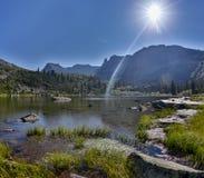 Η φανταστική ηλιόλουστη ημέρα είναι στη λίμνη βουνών Δημιουργικό κολάζ Κόσμος ομορφιάς στο εθνικό πάρκο Ergaki, Ρωσία στοκ φωτογραφίες