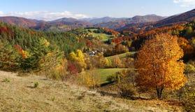 Η φθινοπωρινή άποψη του strazov τοποθετεί στο strazovske vrchy Στοκ Φωτογραφία