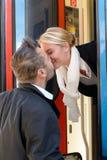 Η φιλώντας γυναίκα ανδρών εκπαιδεύει αντίο την αναχώρηση ρωμανικός στοκ εικόνες