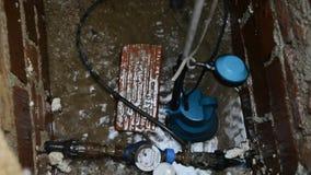 Η φορητή βαθιά αντλία φρεατίων για αφαιρεί το νερό από ένα κοίλωμα φρεατίων, πισίνα, καλά, λίμνη, σιταποθήκη, πλημμυρισμένη περιο φιλμ μικρού μήκους