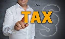 Η φορολογική οθόνη επαφής χρησιμοποιείται από το άτομο Στοκ Φωτογραφίες