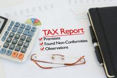 Η φορολογική έκθεση σχετικά με ένα γραφείο με τον κρότωνα ενάντια στις εγκαταστάσεις, βρήκε τις μη-συμμορφώσεις και τις παρατηρήσ Στοκ Φωτογραφίες