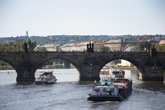Η φορτηγίδα και Tugboat το φορτηγό πλοίο και ο ποταμός ταξιδεύουν τη ναυσιπλοΐα στον ποταμό Vltava κοντά στη γέφυρα του Charles Στοκ Εικόνες