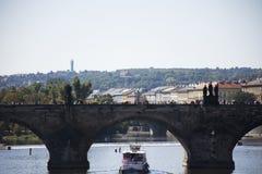 Η φορτηγίδα και Tugboat το φορτηγό πλοίο και ο ποταμός ταξιδεύουν τη ναυσιπλοΐα στον ποταμό Vltava κοντά στη γέφυρα του Charles Στοκ φωτογραφία με δικαίωμα ελεύθερης χρήσης