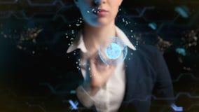 Η φουτουριστική επιχειρησιακή γυναίκα, χρησιμοποιεί ένα ολόγραμμα της παγκόσμιας σφαίρας E r ελεύθερη απεικόνιση δικαιώματος