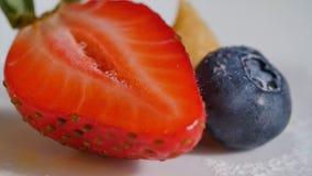Η φράουλα και τα βακκίνια Cuted κλείνουν επάνω Φράουλα και το μισό του στο άσπρο υπόβαθρο κέικ και φρέσκια διακόσμηση μούρων Στοκ Εικόνες