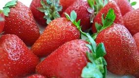 Η φράουλα πέφτει σε αργή κίνηση απόθεμα βίντεο