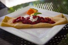 Η φράουλα Crepe διακοσμημένος με τη μέντα στοκ φωτογραφία