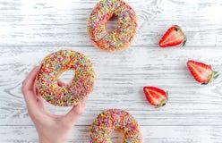 Η φράουλα και η σοκολάτα donuts επίπεδες βάζουν στην ξύλινη τοπ άποψη υποβάθρου Στοκ εικόνες με δικαίωμα ελεύθερης χρήσης