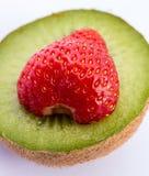 Η φράουλα και το ακτινίδιο αντιπροσωπεύουν τα Juicy ακτινίδια και τροπικός Στοκ Εικόνες