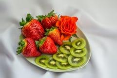 Η φράουλα, τεμαχισμένο ακτινίδιο και αυξήθηκε στο πιάτο Στοκ Εικόνα
