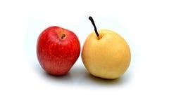 Η φρέσκα Apple και αχλάδι που απομονώνονται στο λευκό Στοκ Φωτογραφίες