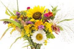 Η φρέσκια ανθοδέσμη των θερινών λουλουδιών δεν απομόνωσε κανένα λευκό Στοκ Φωτογραφία