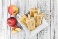 Η φρέσκια γίνοντη Apple Popsicles εκλεκτική εστίαση Στοκ Φωτογραφίες