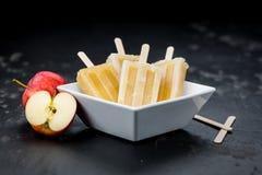 Η φρέσκια γίνοντη Apple Popsicles εκλεκτική εστίαση Στοκ φωτογραφίες με δικαίωμα ελεύθερης χρήσης