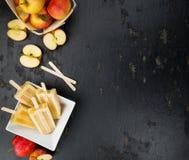 Η φρέσκια γίνοντη Apple Popsicles εκλεκτική εστίαση Στοκ εικόνες με δικαίωμα ελεύθερης χρήσης